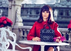 Bolso Cruz, la nueva creación de Loewe diseñado por Mónica y Penélope Cruz