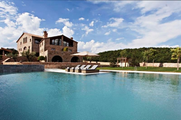 La Vella Farga refresca el verano con una paradisíaca piscina infinity rodeada de prados y bosques