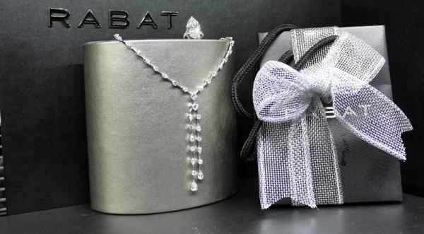 Anillo de oro blanco con brillante talla Navet de 13 kilates y Collar diferentes tallas de diamante de 13 kilates.