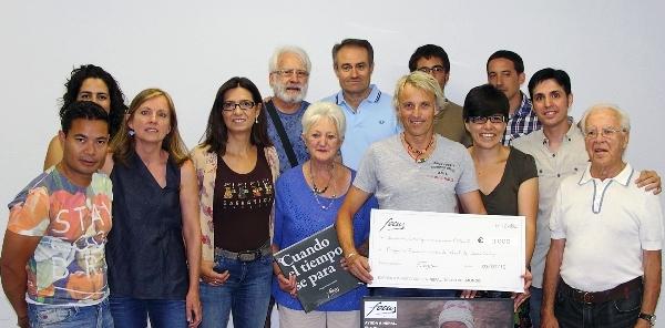 La Junta Directiva y los 4 fotógrafos de Focus, haciendo entrega del cheque de 3.000€, a Jesús Calleja acompañado por sus padres
