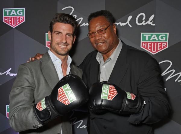 Aitor Ocio y Larry Holmes en el lanzamiento de los nuevos TAG Heuer Muhammad Ali