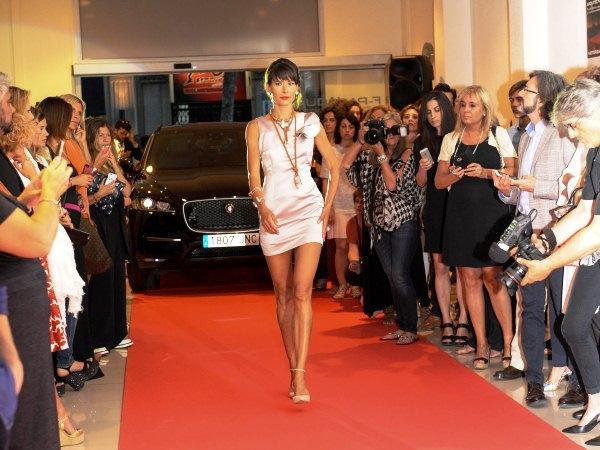 Modelo con vestido de Marylee Couture