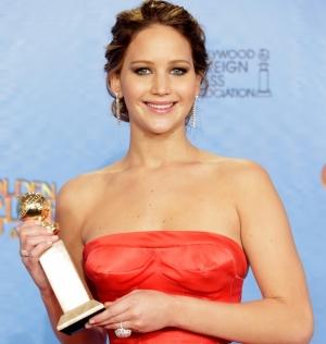 Ganadora de un Globo de Oro Jennifer Lawrence llevaba unos pendientes de diamantes talla brillante y oro blanco, una sortija con un diamante de 11 quilates talla rosa engastada en platino y otra sortija de diamantes rosas y oro banco.