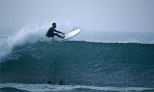Guillermo Alonso, top-surfer asturiano y director de Santa Marina Surfcamp, estuvo probando las Jetson y nos enseñó lo bien que surfean