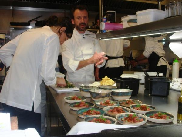 Helena Carbó y Nacho Manzano preparando la Cena Gastronómica en la cocina del Restaurante Lando