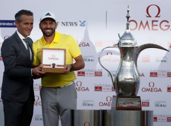 Sergio garcía recibe el reloj Omega de manos de Raynald Aeschlimann. Presidente y CO de Omega, tras su victoria en el Omega Dubai Desert Classic disputado en el Emirates Golf Club