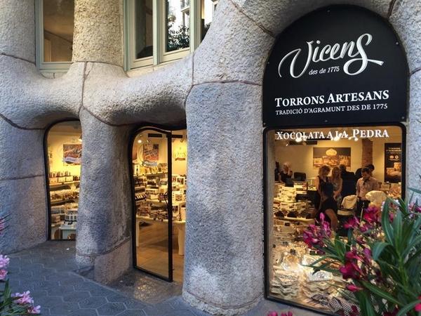 Escaparate de la tienda Turrones Vicens en el edificio La Pedrera de Barcelona