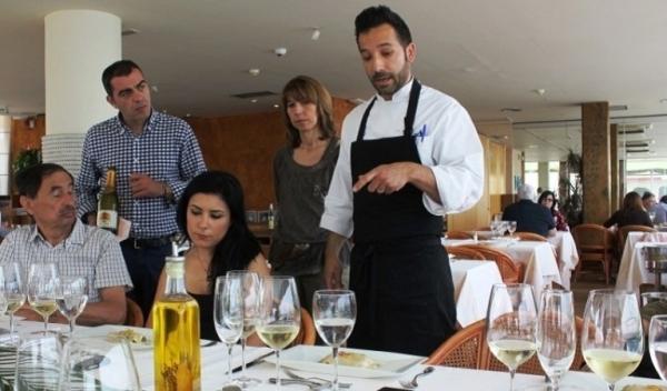 El chef Cristian Sánchez explica la preparación de uno de sus sabrosos platos