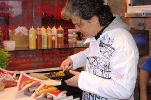 El Chef Carles Abellan preparando una Yangonissa en el Yango Urban Food