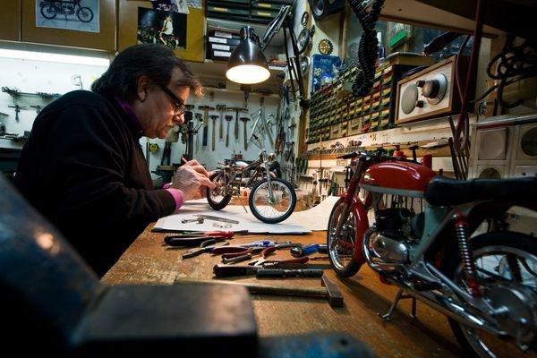 Pere Tarragó emplea, en su pequeño taller de Molins de Rei, entre 500 y 600 horas para fabricar cada modelo de moto a escala 1:5. El nivel de detalle es simplemente impresionante