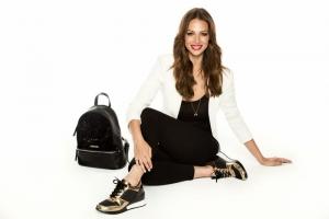 La presentadora y modelo  Eva González ha sido elegida por la firma de calzado y bolsos  MARIAMARE como imagen para la campaña de su colección OI2017