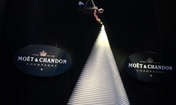 Moët & Chandon construye la pirámide de copas más alta del mundo.