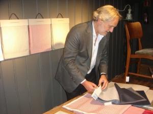 Alvaro Lamadrid muestra los tejidos que ha creado junto al diseñador Jaime Beriestain