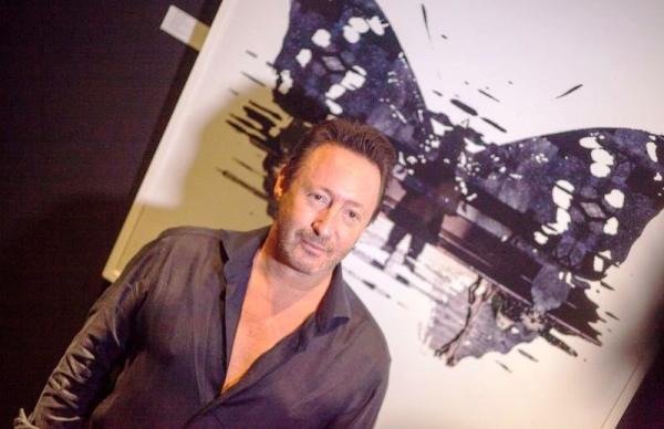 Julian Lennon junto a una de sus obras