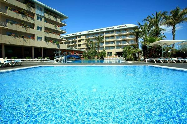 En el exterior, piscina de 400 m2 de superficie con hidromasaje, piscina infantil, tumbonas y parasoles.