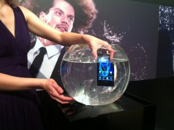 Panasonic presenta Eluga, un teléfono móvil sumergible