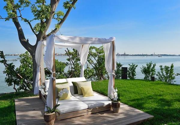 El área de la piscina en la azotea ofrece unas magníficas vistas a Venecia y a la laguna