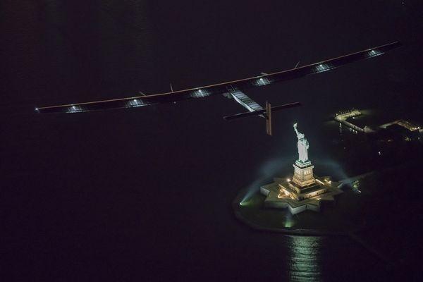 Solar Impulse sobre la estatua de la libertad