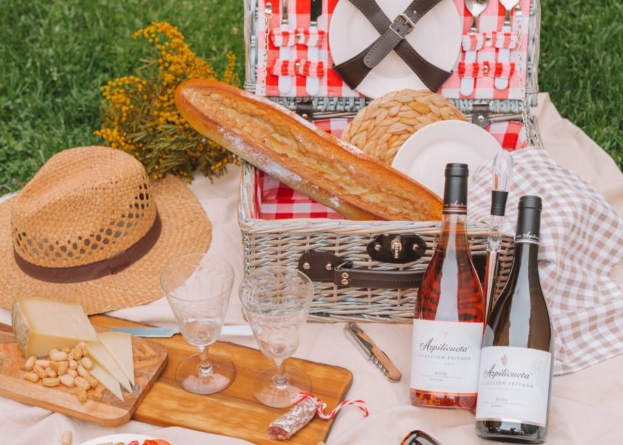 IAzpilicueta lanza junto con Cristina Oria una cesta de picnic